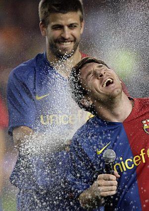 Piqué y Messi celebran el doblete. (Foto: AFP)