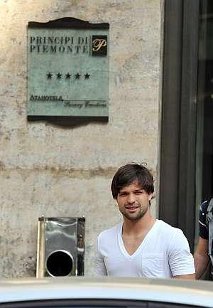 Diego abandona el hospital donde pasó el reconocimiento médico. (Foto: EFE)