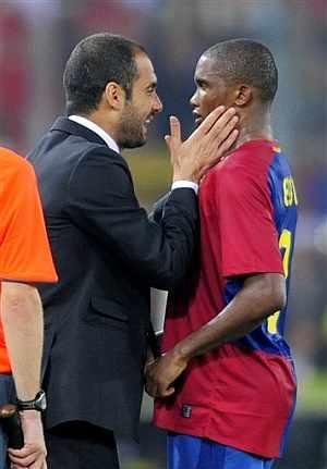 Guardiola felicita a Eto'o, en un momento del partido. (AFP)
