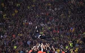 Pep Guardiola, manteado por sus jugadores tras la final. (Foto: AFP)