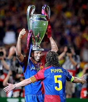 Thierry Henry y Carles Puyol celebran la Champions. (Foto: EFE)