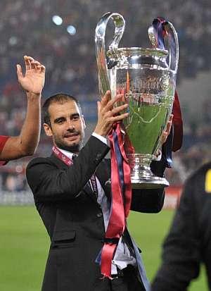 Pep Guardiola levanta el trofeo de la Liga de Campeones. (Foto: AFP)
