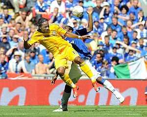 Didier Drogba (i) y Joseph Yobo luchan por el balón. (EFE)