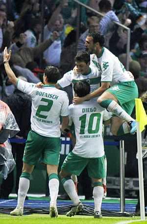 Los jugadores del Werder Bremen celebran el gol de la victoria ante el Bayer. (AFP)