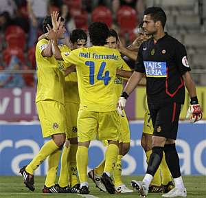Los jugadores del Villarreal celebran uno de los goles. (Foto: EFE)