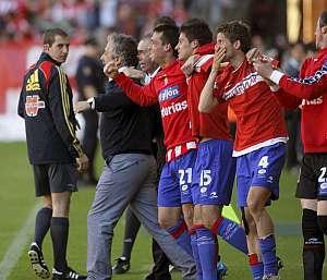 Los jugadores del Sporting, celebrando la permanencia. (Foto: EFE)