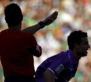 Pérez Burrull (i) señalando el gol del centrocampista argentino del Real Valladolid Marcos Aguirre. (EFE)