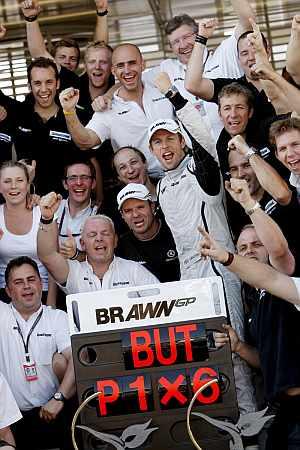 Button celebra con su equipo la victoria en Turquía. (Foto: EFE)
