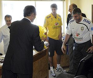 Kaká, durante el reconocimiento médico. (Foto: AP)