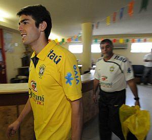 Kaká, en la clínica donde pasó el reconocimiento médico. Detrás, el médico de la 'Seleçao', Jose Luiz Runco. (Foto: EFE)