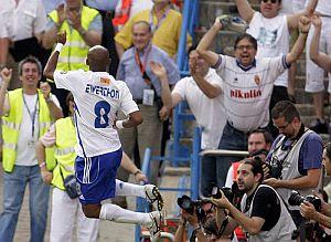 Ewerthon celebra su tanto ante el Córdoba. (Foto: EFE)