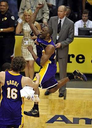 Kobe, en genuina celebración a lo Jordan. (EFE)