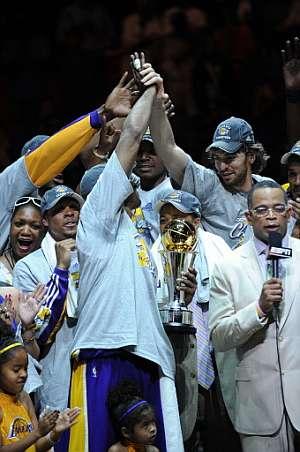 Gasol, con el resto de sus compañeros, durante la celebración del título. (Foto: AFP)