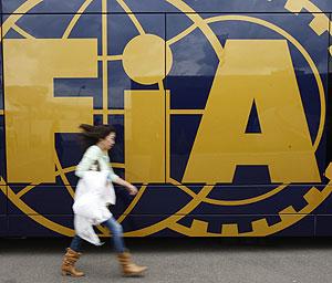 Una mujer pasa por delante del autobús de la FIA en el paddock de Silverstone. (Foto: REUTERS)