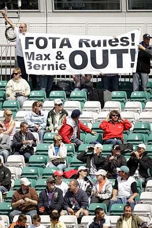 Los aficionados muestran una pancarta en contra de Mosley y Ecclestone. (Foto: AFP)
