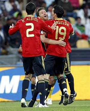 Albiol y Arbeloa abrazan a Xabi Alonso tras el gol. (Foto: EFE)