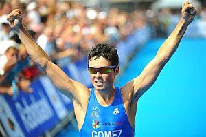 Gómez Noya celebra su victoria. (Foto: AP)