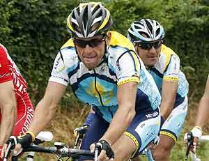 Armstrong, con gesto serio durante la décima etapa. (Foto: REUTERS)