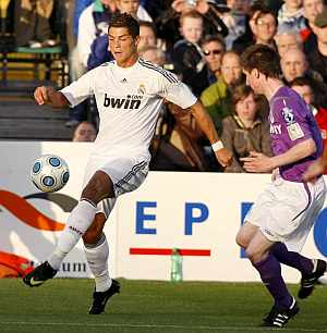 Cristiano Ronaldo, en acción durante el partido. (AFP)