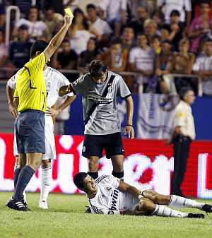 Cristiano se duele la rodilla mientras el árbitro amonesta a Grygera. (Foto: EFE)