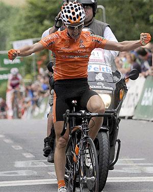 Antón levanta los brazos en la meta. (Foto: EFE)