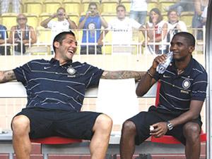 Eto'o bromea con Materazzi. (Foto: REUTERS)