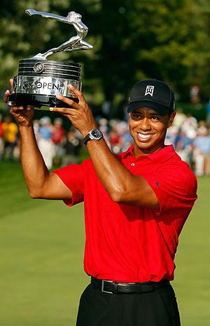 Tiger Woods sostiene su trofeo. (Foto: AFP)