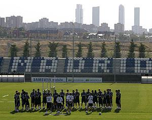 La amplia plantilla del Real Madrid, entrenando en Valdebebas (Foto: AP)