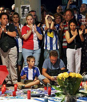 Algunos aficionados aplauden durante el homenaje en Cornella. (Foto: EFE)