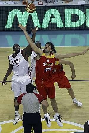 Marc Gasol, en el salto inicial del partido. (Foto: EFE)