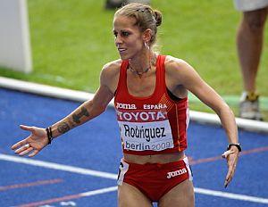Natalia Rodríguez, tras cruzar la línea de meta. (Foto: AFP)