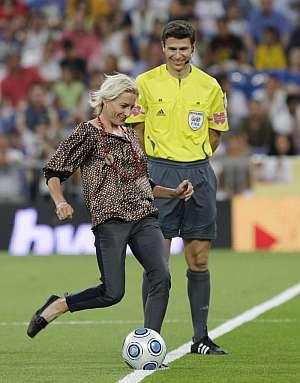 Marta Domínguez realiza el saque de honor en el Santiago Bernabéu. (Foto: EFE)