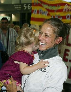 Natalia Rodríguez abraza a su hija a su llegada a Tarragona. (Foto: EFE)