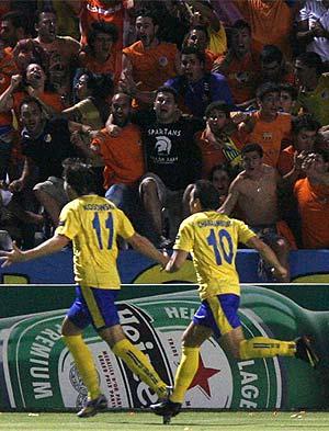 Charalambides y Kosowski festejan el primer gol del APOEL. (Foto: AP)