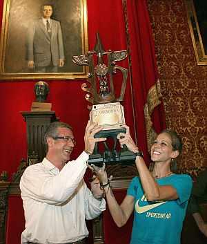 Natalia Rodriguez recibe del alcalde de Tarragona, José Felix Ballesteros, un trofeo en homenaje a su figura. (EFE)
