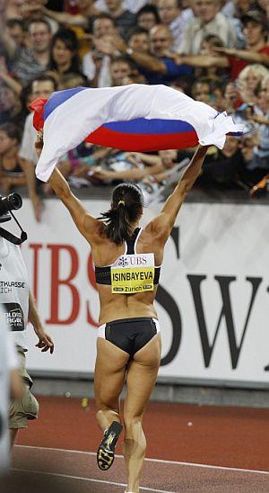 Isinbayeva celebra con la grada su nuevo récord del mundo (5,06 m.). (Foto: EFE)