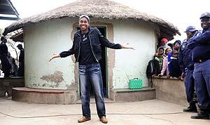 Semenya posa delante de su actual casa. (Foto: REUTERS)