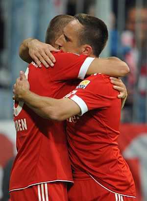 Robben y Ribéry se abrazan tras el tercer gol del Bayern. (Foto: EFE)