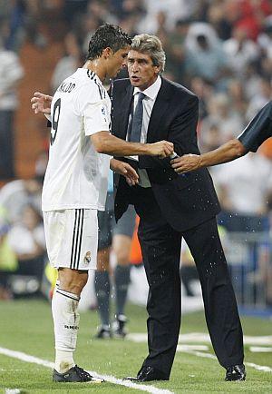 Pellegrini instruye a Ronaldo en un momento del Madrid-Depor. (Foto: EFE)