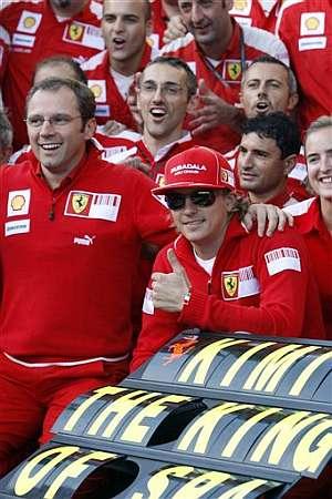 El equipo Ferrari celebra la victoria de Raikkonen. (Foto: AFP)