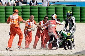 Iannone (dcha.) y Espargaró discuten tras la caída. (Foto: AFP)