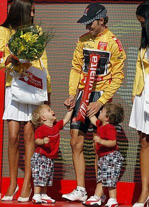 Valverde, con sus dos hijos en el podio. (EFE)