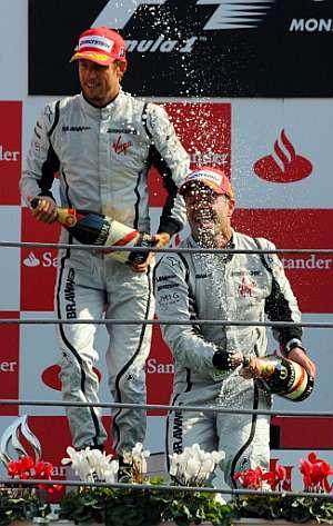 Jenson Button (izda) y Rubens Barrichello, en el podio de Monza. (Foto: AFP)