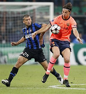 Zlatan Ibrahimovic controla de espaldas a la portería italiana bajo la vigilancia de Walter Samuel. (AP)