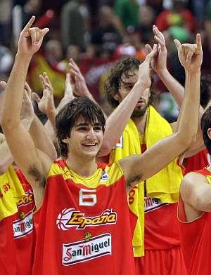 Ricky, con Pau al fondo, celebra la victoria de España. | EFE