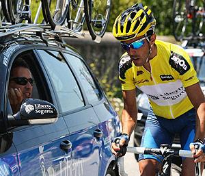 Nuno Ribeiro atiende las instrucciones de su direcctor, Américo Silva, durante la Vuelta a Portugal. (Foto: EFE)