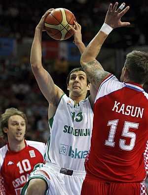 Domen Lorbek (i), de Eslovenia, intenta encestar en presencia de Mario Kasun. (EFE)