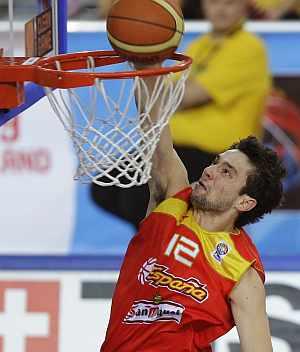 Sergio Llull machaca la canasta rival, en un partido del Eurobasket. (EFE)
