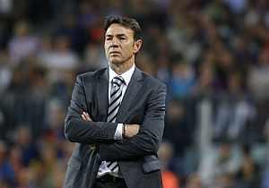 Abel Resino observa el Barça-Atlético desde la banda. (AFP)