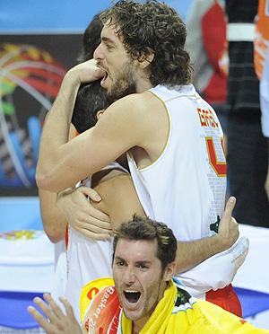 Los jugadores de la selección celebran su victoria ante Grecia. | AP